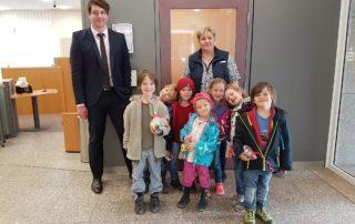 Kinder der Montessori-Kindergarten Chiemgau bei der Sparkasse